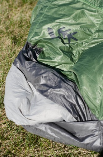 This picture shows the arm port: the lightest fabric is the draft curtain, the grey is partially reinforced polyester and the green is the main bag body.