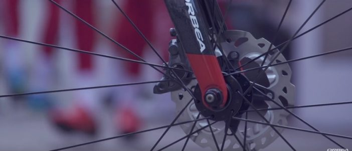 Up front, it also features a QR axle and flat-mount calipers.